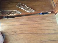蝶番の部分の板が割れてしまいました。 細かい木を集め固めた様な板です、なんとか修理できないかと考えています、詳しい方がいましたらご教授ください