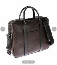ビジネスバッグ迷子です。 41歳の主人にビジネスバッグをプレゼントしようと思うのですが、3万円程度で年相応のブランドはありますか? ちなみにダンヒルのものがセールで安くなっているのですが、ダンヒルの...