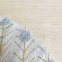 布製扇子の縁どりについて。 布製扇子の縁に、布の端の処理のために貼られているバイアステープのようなものを探しています。  恐らく和紙かなにか、繊維の強い薄い紙製ではないかと思うのですが、手芸店で見つける事が出来ず、ネットで色々検索してみたのですがなかなかそれらしきものが見つかりませんでした。  どなたか取り扱いの分野をご存知の方がいらっしゃいましたら教えていただけないでしょうか?  よろしく...
