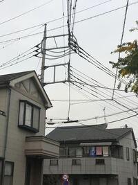 電信柱に四角いフレームが付いているのは、何ですか? 普通の電信柱、またはトランスボックスの付いている電信柱より、電力が高いのでしょうか?  その四角いフレームの付いている電信柱の近くに住むと、電磁波の...