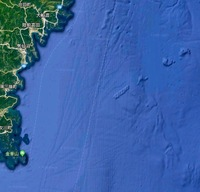 3.11は人工地震ですか? Googleマップで三陸沖を拡大すると、どうみても人工物のような四角い穴が5つぐらい一列に並んでますけど!  その延長線上にほとんど直線上に並んでる盛り上がりもちょっと変!