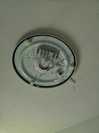 丸型蛍光灯の安定器型のものだと思われるのですが よく見たら引掛シーリングはついてなく天井から剥き出しで配線が出ており簡単にLEDに取り付けできないものと思われます。 このタイプに取付可能なLEDはあります...