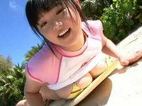 グラビアアイドルの篠崎愛がピンク色と白のたTシャツを着てるシーンがある作品を探しています。タイトルを教えてください。