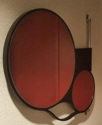 この鏡どこで買えるか分かりませんか? https://www.dropbox.com/s/irj0j73e7vma1jv/kakudai.jpg?dl=0 拡大鏡が付いている壁掛けの鏡です。 どこで購入できるか知っている方がいれば教えて下さい。 よろしくお...