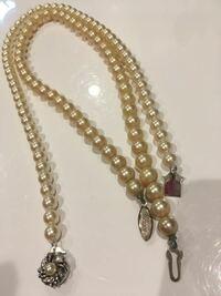 どちらが本真珠でしょうか? 祖母からパールのネックレスを貰いました。 2本貰ったのですが、 どちらかひとつがイミテーションで ひとつが本真珠らしいのですが、 どっちがどっちか分かる方いますか?