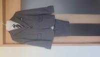 子供が入学式に着るスーツです。 淡いグレーです。 靴下は何色が合いますか? 黒?紺?グレー?白? ちなみに靴は紺色です。