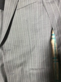 2017SSのポールスミス のスーツでスリーピース  室内試着のみ  パンツの直し一切していない  スーツのベントの繋ぎ糸取っていない  元の値段上下10万、ベスト3万2千  ヤフオクでいく ら位で落札されま...