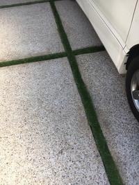 駐車場の 目地に人工芝を敷こうと思い、写真のように切って仮にあてている状態です。 質問ですが、人工芝の下にはこの狭い範囲でも防草シートは敷いたほうがいいのでしょうか?人工芝には水抜 き穴が数カ所空い...