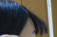 前髪がうまく巻けません。毛先をくるんと内巻きにしたいのですが、浮いてしまいます。コテとストレートアイロンがセットになっているものを使っていて、どちらを使ってもこうなります。金属の部分がむき出しの物なの で、火傷するのが怖くて額に近づけられません。どうしたらいいですか?