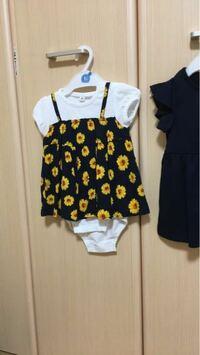 生後7ヶ月頃の赤ちゃんの服についてです。 このヒマワリの服ですが、股のところはボタンでしまります。 ただ足はほぼ見えている状態になりますが、夏は何か下に履かせるべきですか? まだ膝をつけてハイハイをす...