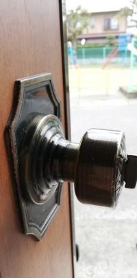 玄関ドアのドアノブが外れません涙 詳しい方教えてくださいm(_ _)m  この穴にマイナスドライバーを差し込んで色々試しましたがダメでした涙