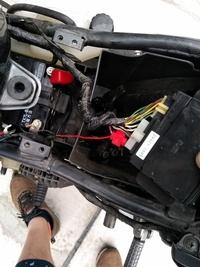 バイク バッテリー交換  バリオス2のバッテリー交換を行いました。 復旧時の配線について質問させてください。 添付の写真のようにバッテリーのプラス側に ジャンクションボックスにつなが るケーブルを 配線しましたが、合っていますでしょうか? 解線時に確認を失念しておりました。 当方素人ゆえご教授いただければと思います。 誹謗中傷お断りです。 よろしくお願いします。