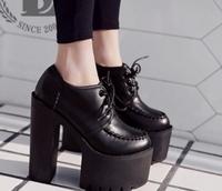 ハイヒールのショートブーツ大きいサイズについて  足のサイズが25.5センチの女性です。 サイズが大きく、靴選びに悩んでいます。 画像のようなヒールの高いショートブーツを探しているので すが、一般的なサ...