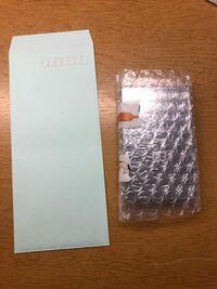 かんたんラクマパック(日本郵便)ゆうパケットを初めて利用します。 ①封筒はこのサイズのやつでも大丈夫ですか? ②この封筒に荷物を入れたものを住所などは書かずにローソンに持っていったらいいですか?