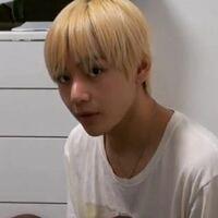 BTSのテテって髪の毛めちゃくちゃぺったんこじゃないですか?軟毛直毛だからなんですかね?