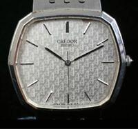 セイコークレドールの腕時計について。部屋を整理していたら、だいぶ古いセイコークレドールの腕時計が見つかったのですが、この時計はいつ頃発売されたものなんでしょうか?当時の値段なども教えてもらえたら嬉しい です。   裏には5931ー5150   020097と表示されています。