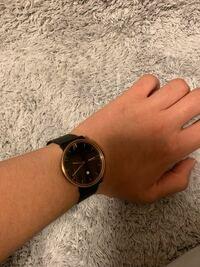 ネットで、時計を買ったのですがこれはDaniel Wellingtonに見えますか?ちなみに、スカーゲンという時計です。Daniel Wellingtonが流行っていて、あえて外したつもりだったのですが。写真とイメージが違いすぎま...