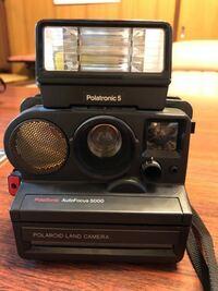 このポラロイドカメラの使い方(シャッターの切り方など)を詳しく教えてください。 最近大掃除した時に出てきて懐かしいから使ってみようと思ったのですが、説明書もなく、調べてもイマイチわかりません笑  電池入れて起動したのですが、シャッター切れません 赤いランプは点灯しました。 見た感じフィルム?テープ?は入ったままでした どうかお願いします