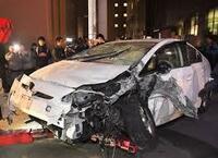 高齢者ドライバーによる交通事故です。  多くの場合、加害者側が『車が突如暴走した。』 『車の制御が利かなかった。』と証言しています。 そうした場合、事故調査委員会が車の機能的な 部分の不具合を調べる...