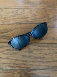 家で謎のサングラスみたいな物を見つけたのですが、使い方がわかる方教えてください。