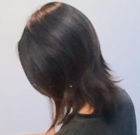美容室で毛先がくねて広がりやすいので、四日前に縮毛矯正をしてもらいました。美容師さんは、「ナチュラル縮毛矯正ならのびてきても自然で不自然にならないよ」と言ってきたので定期的には来れないのでそうして...