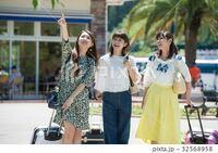 若い女性の方や女性は,Tシャツにスカートでも中にキャミソールやインナーは着ますか?