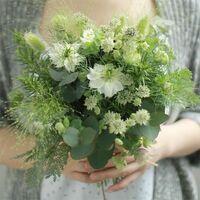 ブーケの花の名前を教えてください。  画像のようなナチュラル系のブーケに使用できる花(造花ですが..)の名前をたくさん知りたいです。 ほぼグリーン系で、小さめの白い花を少し入れたいと思っています。クラッ...