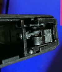 エアガン(ガスガン)のカスタムや修理に詳しい方にご質問です。   KSCのG19グロック19のスライドが壊れ自分でっ純正品を交換しましたが、コッキングが出来なくなりました。 機械など日常的にいじるので簡単か...