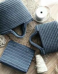 この編み方はマクラメですか?かぎ針ですか? 色々本を買ったのですが同じ編み方がどれにも載っておらずわかりません。 編み方のサイトや本があれば教えて頂けると嬉しいです。 よろしくお願 いします。