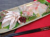 熟練した寿司職人は、鯛の切り身のみでも、どんな鯛か区別できるのですか? 鯛の味わいはたんぱくなものが多いですよね、もちろん、美味しいのだけれども。 ですが、熟練した寿司職人や魚屋さんなどは、鯛の切り身のみでも、それを見て食せばなんて名前の鯛か見分けられると聞きました。  どうなのでしょうね、寿司職人や魚屋さんは、これらの鯛を切り身だけで見分けられますか?  タイ科 - ミナミクロダ...