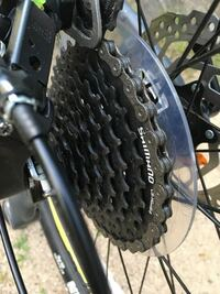 マウンテンバイクなのですが、スポークプロテクターが付いていて見た目的にない方が好みなのでのけたいです。外してしまうとギアが内側に落ちる可能性がありますけど、ディレイラーを調整したら大丈夫ですか?
