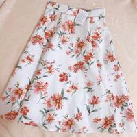 アプワイザーリッシェのスカートに一目惚れして購入したのですが、自宅でトップスと合わせてみるとなんとなくしっくりきません(>_<;) 上に合わせるとしたらどんなカラー・形のトップスが いいでしょうか?...