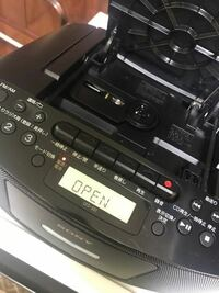 CDプレイヤー、デッキ?というのでしょうか。名称がわからないのですが、CDの音楽を流す機械が壊れました。 最初は古いCDだからCDの方がダメになったのかな、と思い違うCDを入れたのですが、最初と同じく50秒位で止まってしまいます。 新しいCDでも大体50秒くらいでプツリと音楽が途切れて2番以降も再生できません。 どのCDで試しても同じだったのでデッキの方が壊れたのだと思うのですが、対処法など...