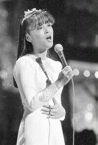 岩崎宏美さんと中森明菜さんはデビュー当時は アイドルで数年後には本格的な歌手に変わった ような気がするのですが… どう思いますか?