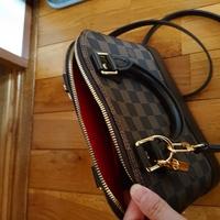 ルイヴィトンのこのショルダーバッグの名前を教えていただけませんか?あと、製造番号の記載されている所がどこか分かりません。分かる方教えていただけますか?