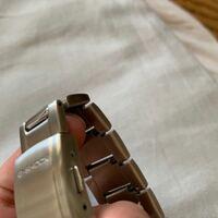 腕時計のG-SHOCKについて。 この前金属バンドのモデルを買いました。 自分でバンド合わせる技術無いので、お店に持って行って自分の腕に合わせてもらおうと思っているのですが、 CASIOの公式サイトで正規代理店として乗っているお店じゃないとダメそうですか? 腕時計取り扱ってる他のお店でも大丈夫ですか? 添付した写真が、質問した本機です。 回答よろしくお願いいたします。