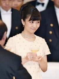 この写真を見てください。皇族の佳子様(佳子内親王)が薬指に指輪をはめています。 現在、眞子さま&小室圭さんの事ばかり報じられていますが、私のようにかわいいと評判の佳子さまにも彼氏がいらっしゃるのでし...