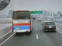 白ナンバーのバスってありなの?  東急ハイウェイバスって書いてある。