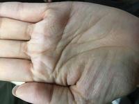 手相について質問です。 右手の真ん中あたりにあるのは フィッシュという手相でしょうか? 自分ではわからず。 アドバイス頂けたらと思います。 よろしくお願いします。