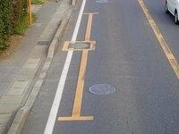 """この表示は黄色の実線なので、駐停車禁止 ですよね?  2つのサイトで、""""消火栓のそばは駐車禁止""""の例として載っていた写真なのですが、、  消火栓から5メートル以内は駐車禁止 と いう規則がありま..."""