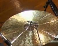 このドラムの動画を見ていてふと気付いたのですが、シンバルの固定部分にフェルトが無いように見えます。(下のフェルトは見えませんがさすがにあるはず…)この画像は拡大したものなのですが、上のフェルトをつけな...