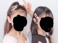 この左の子って髪染めてますか?染めてませんか? でもポニーテールした髪の毛が首辺りに当たってるとき右の子と同じ髪の色が黒く見えるんですけど…気のせいですかね?笑 今のプリクラは髪の色も変えることできるんですか?