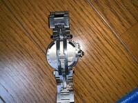 カルティエの腕時計で、パシャCのベルト調整について質問です  スチールステンレス製のベルトになっていて 「コマを足すとややブカブカ」 「コマを減らすとややキツい」状態です。 コマ数の調整以外での微調整がこの時計は出来ますでしょうか? 同じタイプをお持ちの方もしくはご存じの方いらっしゃいましたら教えて下さい。
