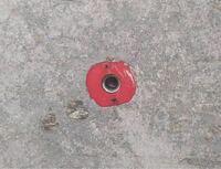 この穴は何でしょうか? コンクリの部屋に住んでいます。 壁面のピーコン は活用出来ているのですが、天井に謎のこの穴があります。  みたところアイボルトや長ネジをさせそうなのですが、、 名称や活用方などわ...