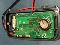 デジタルテスター(電圧・電流・抵抗 測定) の中にある 薄い電池のようなものは何でしょうか? 添付写真の右に赤い配線がついている丸い薄いものです。