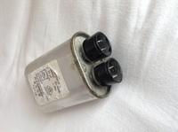 電子レンジの中にあるこの部品って何ですか?整流コンデンサですか? 整流コンデンサであれば充電方法を教えてください。