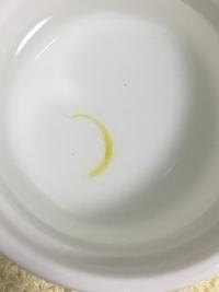 らんちゅうの黄色い糞と餌量について。  消化不良と赤斑病で7月半ばから薬浴→塩浴していたらんちゅうです。 治ってきたので1週間かけて塩の濃度を減らし、 そろそろ淡水に戻る頃です。 餌量と昨夜した糞について質問です。  3歳以上の子ですが、薬浴絶食後、ここ半月ほど 餌は直径2mmのらんちゅうベビーゴールドを ふやかして5粒×昼と夕方の2度(計10粒)くらいしかあげていません。...