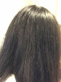 中3です。小学生高学年くらいからボサボサゴワゴワし始めて、今ではこのような髪になってしまいました。 アイロンもしないし、トリートメントも偶にしているのに、なぜこのように傷んでしまうのでしょうか...? ...