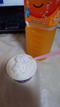 アイスクリームにホイップクリームをのせて食べるのは変ですか!?