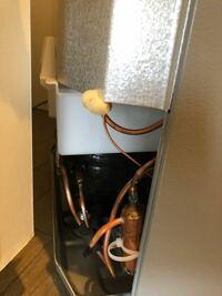 冷蔵庫の裏の断熱材の位置についてなのですが、線が本体から出ている継ぎ目に一箇所だけありました。 この位置にあるのは正しいですか? 最初虫の卵かと思ってビクビクしてしまいましたが、素材的に断熱材でした...